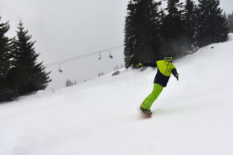 在滑雪倾斜的飞雪 免版税库存图片