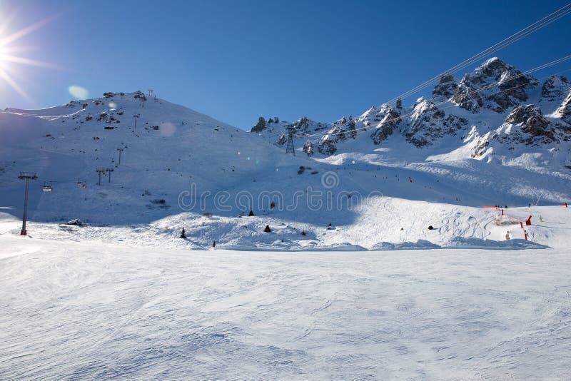 在滑雪场的倾斜在阿尔卑斯,法国 晴朗的冬日 背景海滩异乎寻常的做的海洋沙子雪人热带假期白色冬天 免版税库存照片
