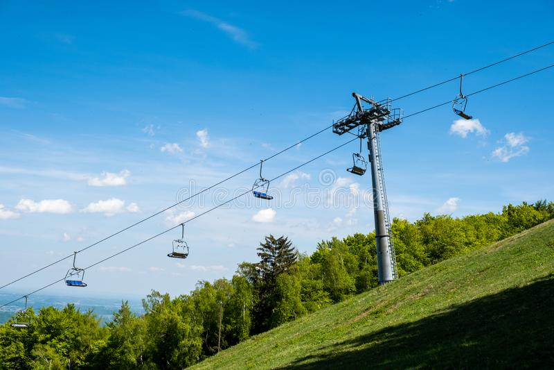 在滑雪场的Emtpy驾空滑车在夏天 免版税库存照片