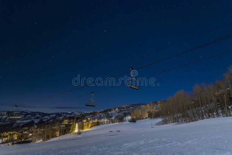 在滑雪电缆车后的星在斯诺马斯村,CO,美国 库存图片