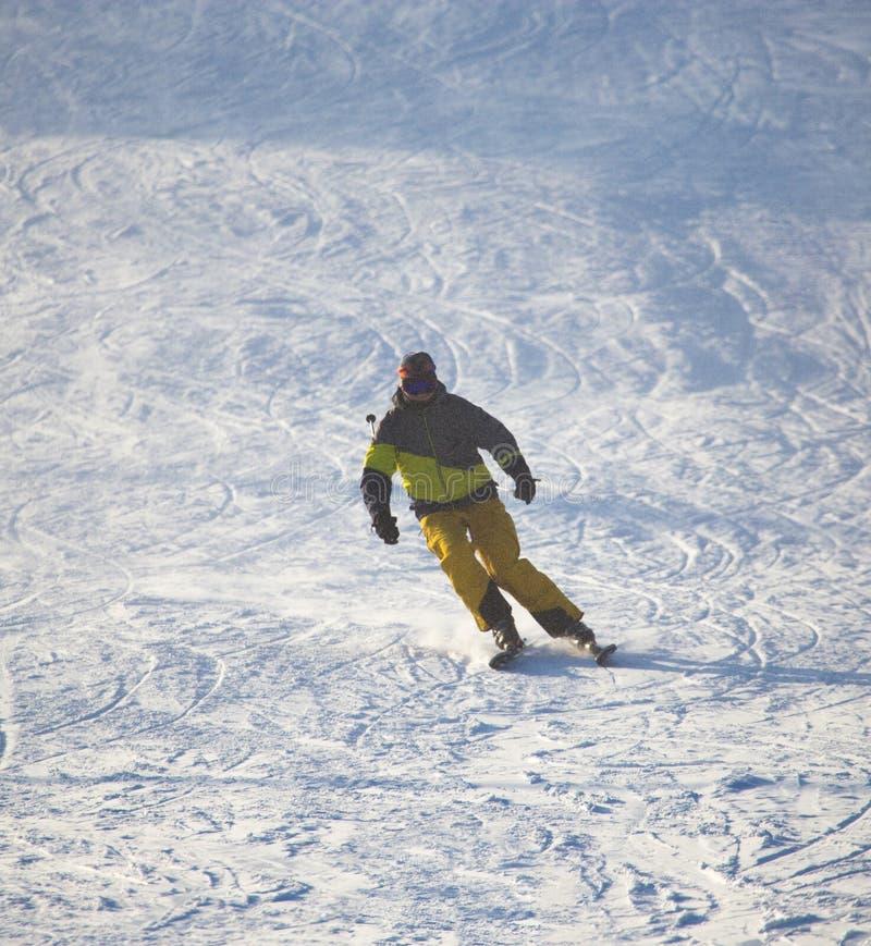 在滑雪胜地的人滑雪 免版税库存照片