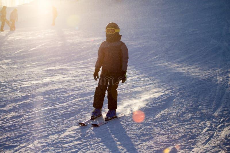 在滑雪胜地的人滑雪 免版税库存图片
