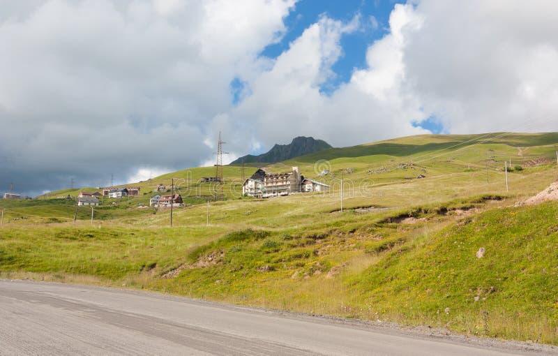 在滑雪胜地Gudauri的看法在夏天 免版税图库摄影