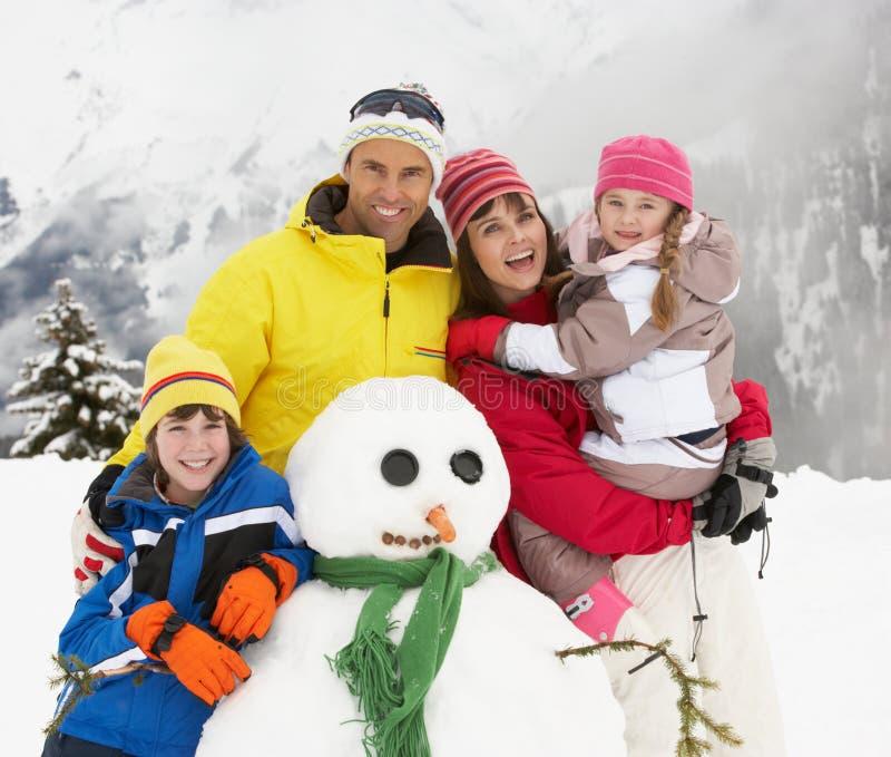 在滑雪节假日的系列组装雪人 免版税库存图片
