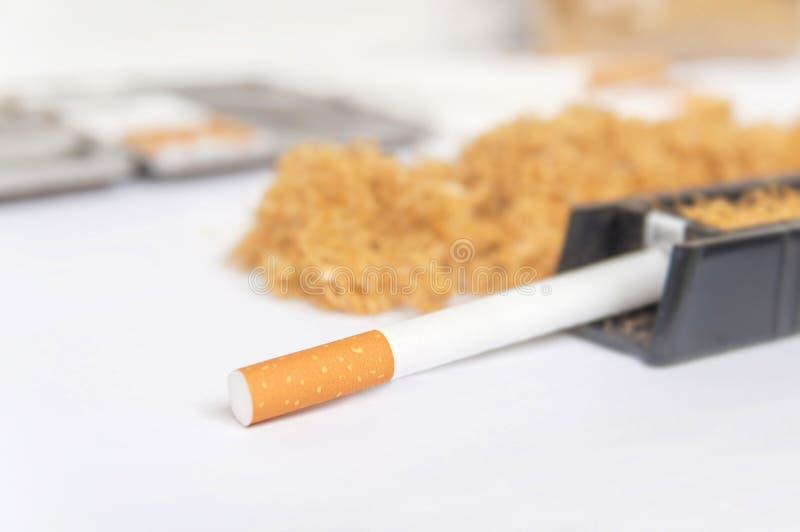 在滚轧机的一根香烟喜欢从烟草的瘾 免版税图库摄影
