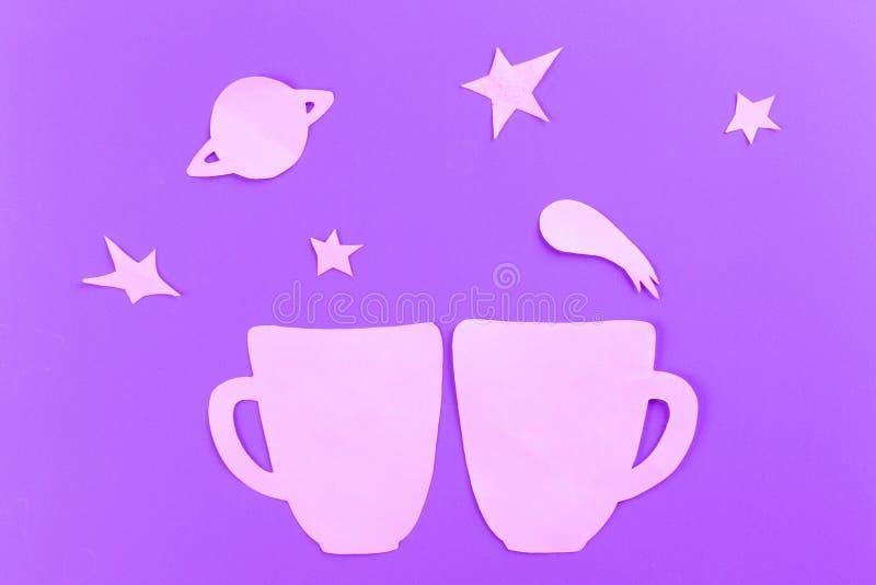 在满天星斗的天空背景的杯子 免版税库存照片