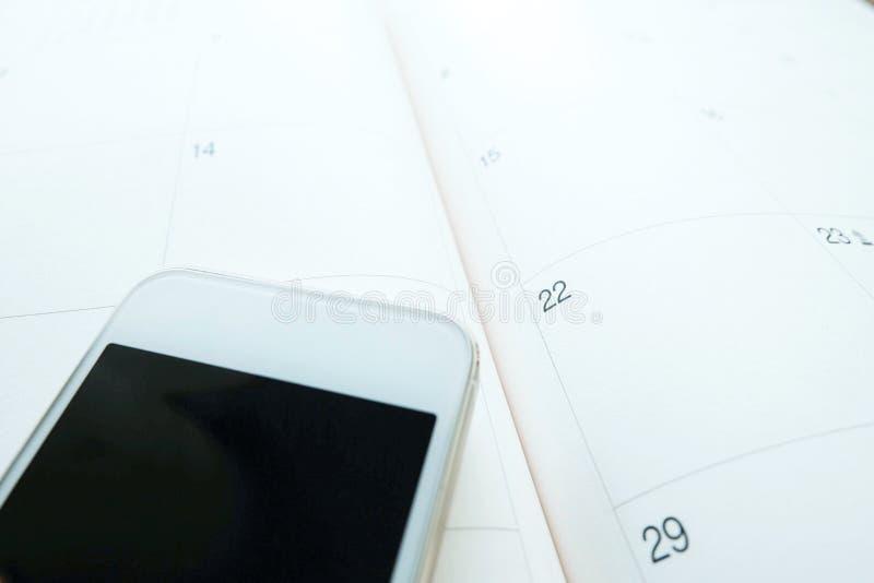 在滤锅,拷贝空间的白色智能手机 库存图片