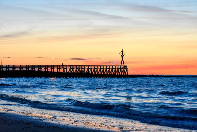 在滨海库尔瑟莱浮船的浪漫五颜六色的日落 法国诺曼底 免版税库存照片