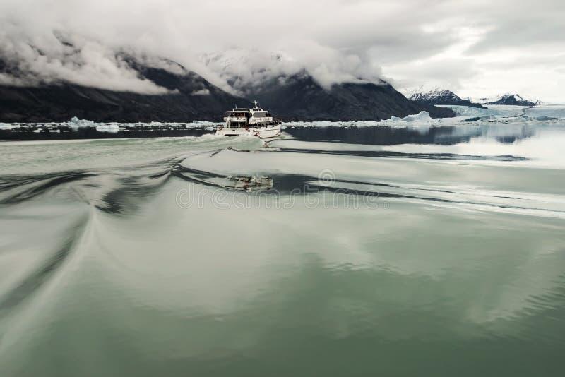 在漂浮在水中的冰山之间的航行 库存照片