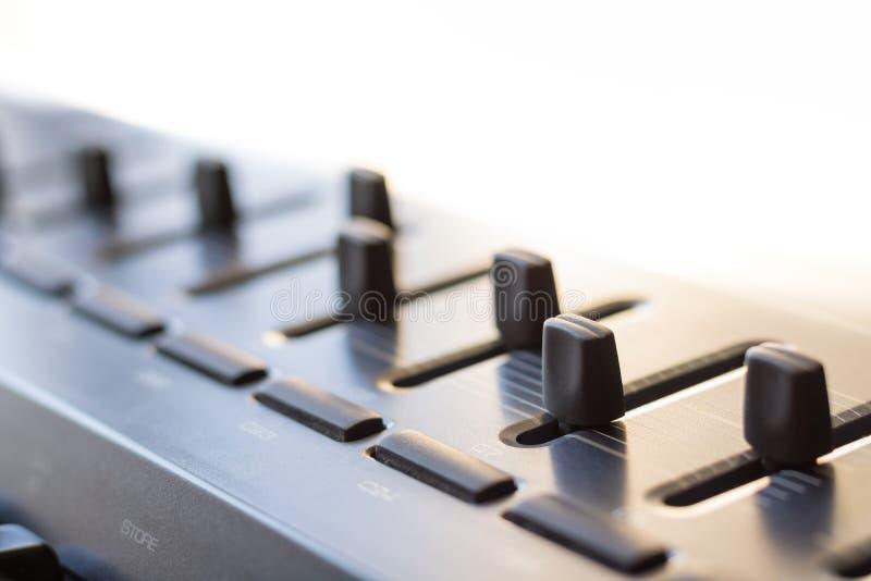在演播室搅拌器和它修造的键盘仪器 免版税库存照片