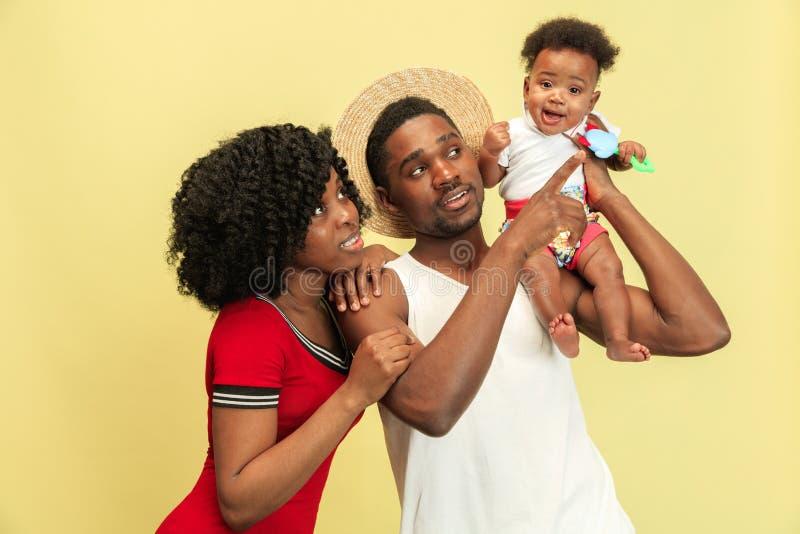 在演播室的愉快的非洲家庭 免版税库存照片