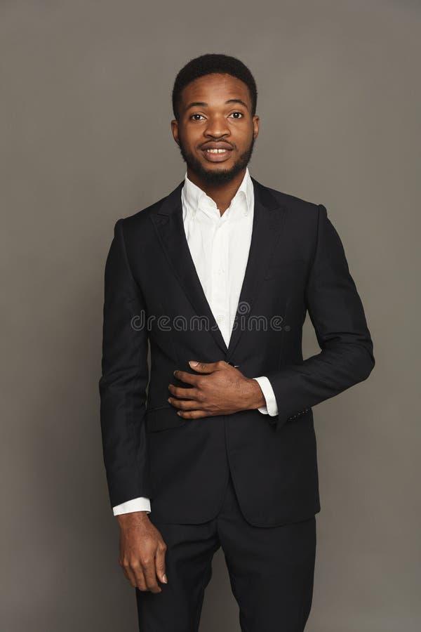在演播室背景的英俊的年轻黑人画象 库存照片