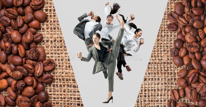 在演播室背景隔绝的办公室工作者跳跃 免版税图库摄影