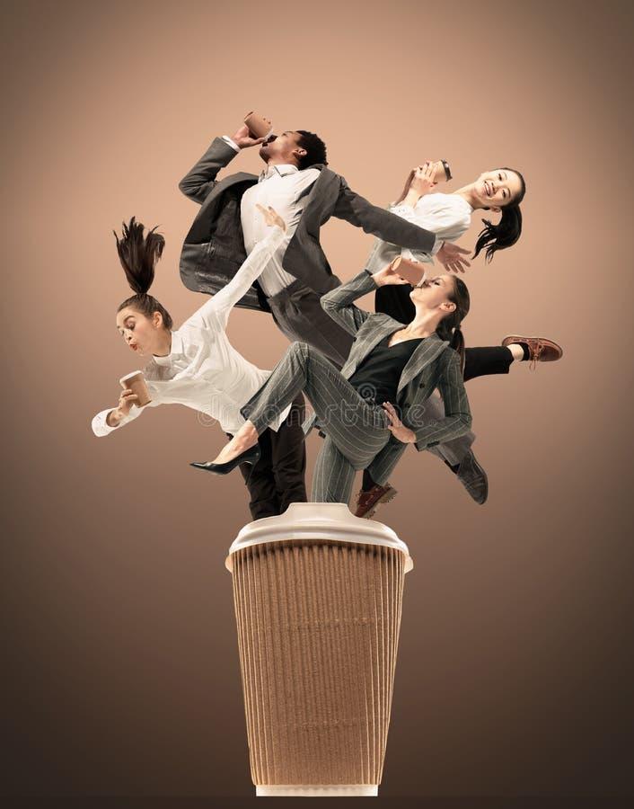 在演播室背景隔绝的办公室工作者跳跃 库存图片