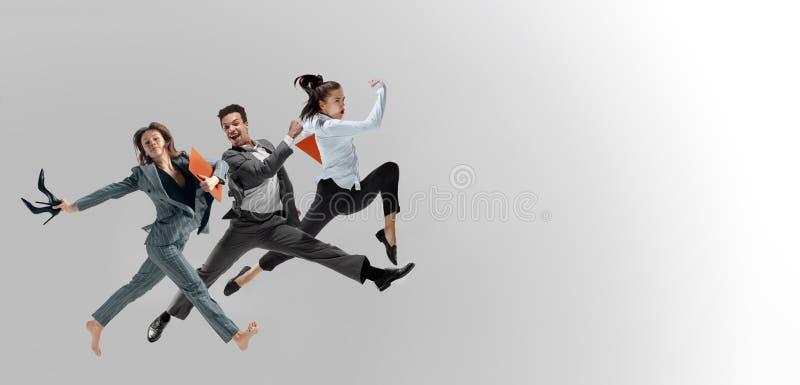 在演播室背景隔绝的办公室工作者跳跃 库存照片