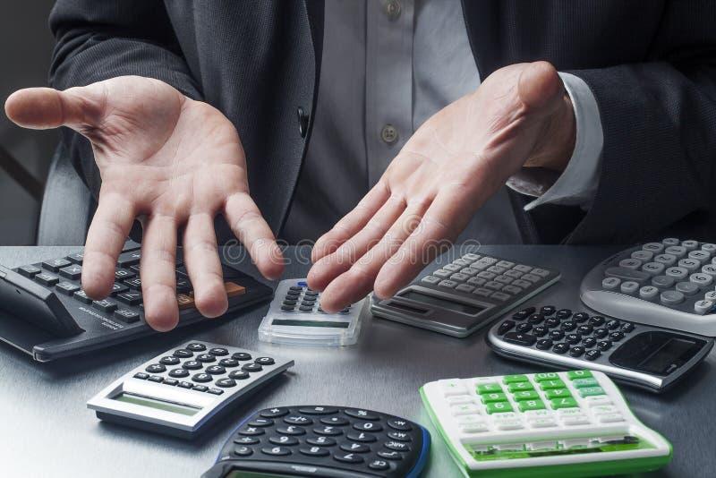 在演算失去的财政经理在工作 免版税库存照片