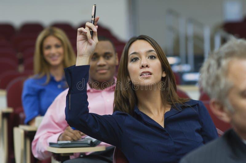 在演讲期间,执行委员举手 免版税库存图片
