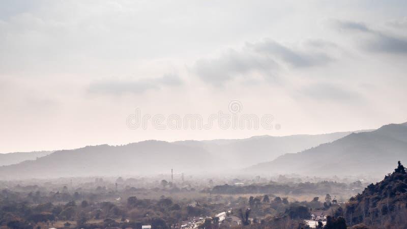 在漫过森林美好的风景自然的雾云彩的灰色山层数 免版税库存照片