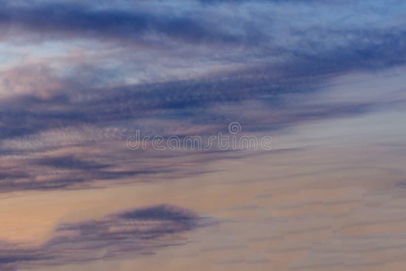 在澳大利亚天空的朦胧的日落在海洋海滩的, Bunbury,西澳州变暗的海晚冬增加暂短c 免版税图库摄影