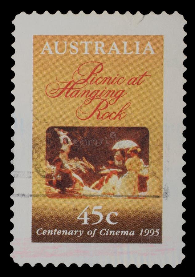 在澳大利亚打印的邮票显示电影野餐海报在垂悬的岩石 图库摄影