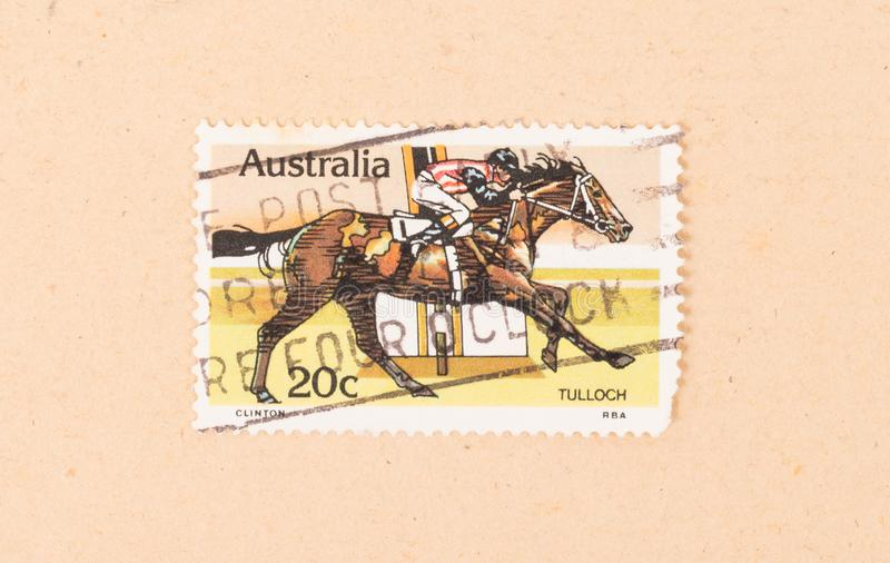 在澳大利亚打印的邮票显示骑他的马的一位骑师,大约1980年 免版税库存图片