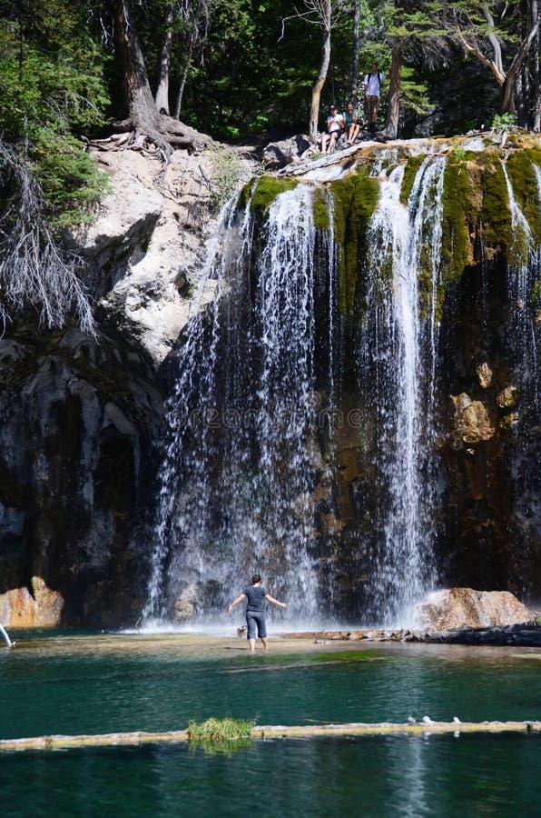 在瀑布之下的妇女 免版税库存照片