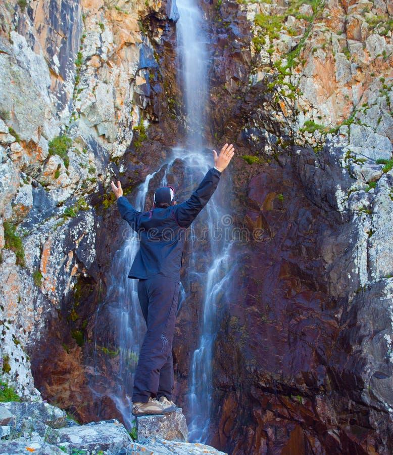 在瀑布在山,丙氨酸Archa,吉尔吉斯斯坦附近的年轻人 库存照片