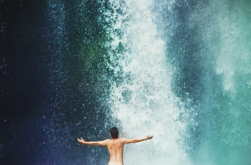 在瀑布的人游泳 免版税图库摄影