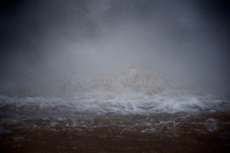 在瀑布的基地的起泡沫的水 库存照片