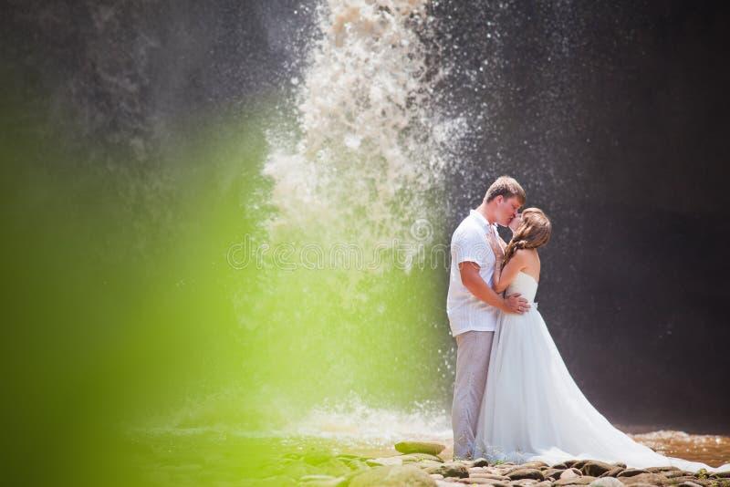 在瀑布附近的夫妇旅行 库存图片