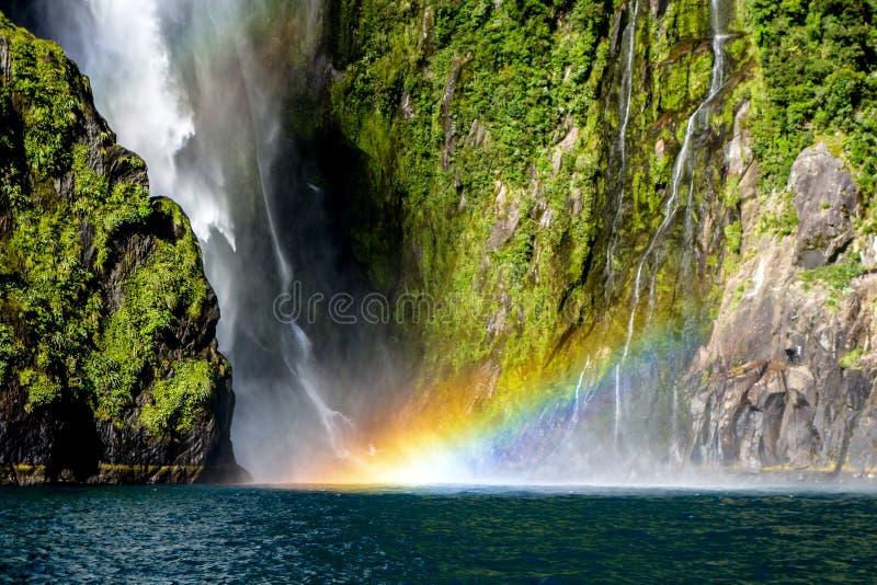 在瀑布Milford Sound的彩虹在新西兰 库存照片