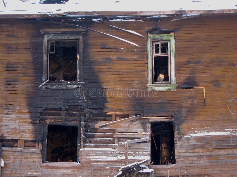 在火以后的老木二层楼的房子 库存图片