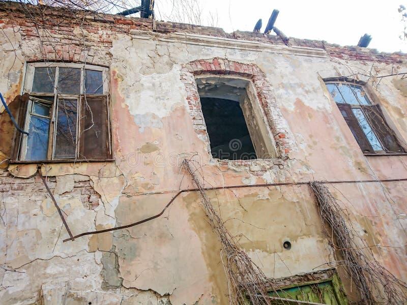 在火以后的被毁坏的房子 与窗口的老砖瓦房 免版税库存图片