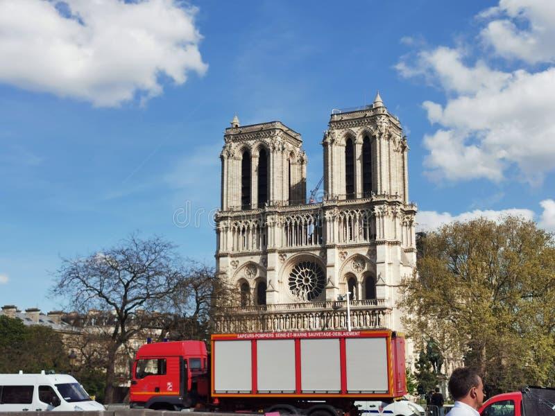 在火以后的Cathedrale巴黎圣母院 免版税库存图片