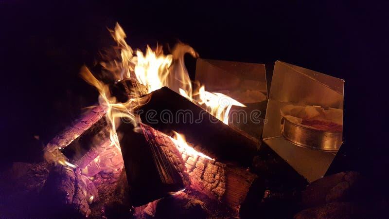 在火做的蛋糕 免版税库存照片