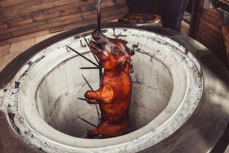 在火和煤炭,热的tandoor格栅的烤猪 断送热肉 免版税库存照片