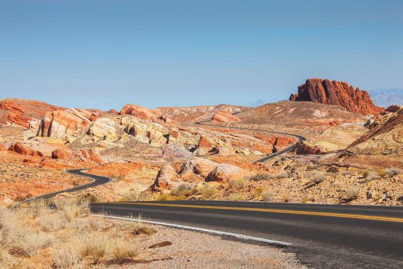 在火国家公园,内华达,美国谷的风景路  免版税库存照片