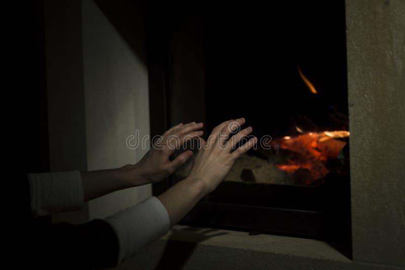 在火地方前的准备手 免版税图库摄影
