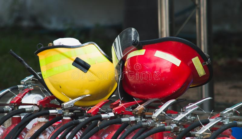 在火坦克的红色和黄色安全帽 免版税库存照片
