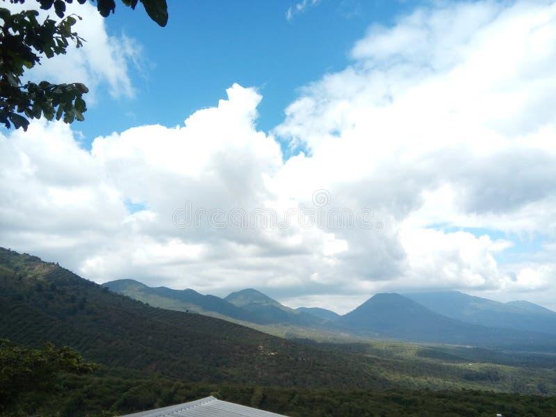 在火山上的云彩 免版税图库摄影
