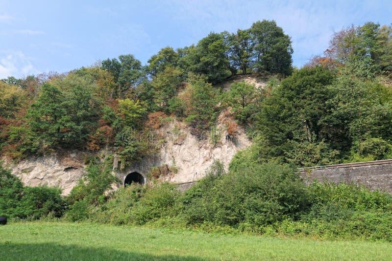 在火山土旁边的铁路隧道陷下在Brohltal谷在埃菲尔山 免版税图库摄影