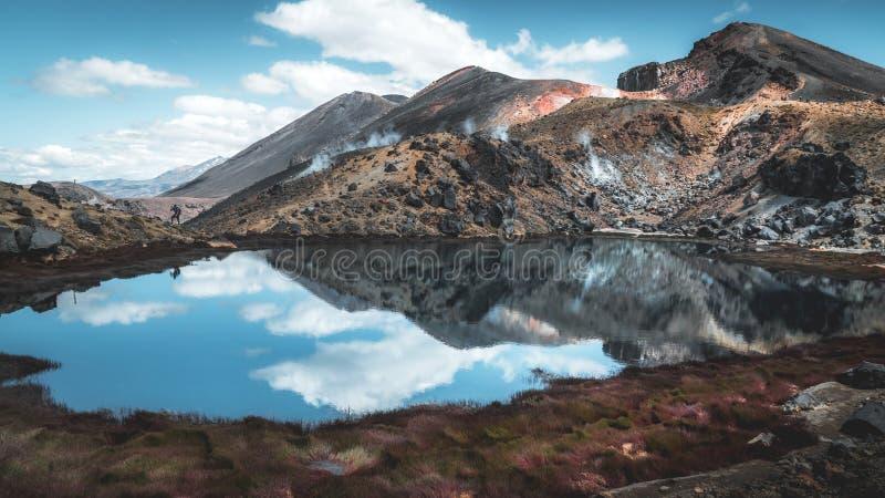在火山湖的饮用的断裂 库存照片