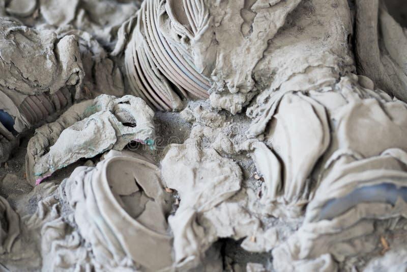 在火山爆发以后的熔化塑料盘 库存图片