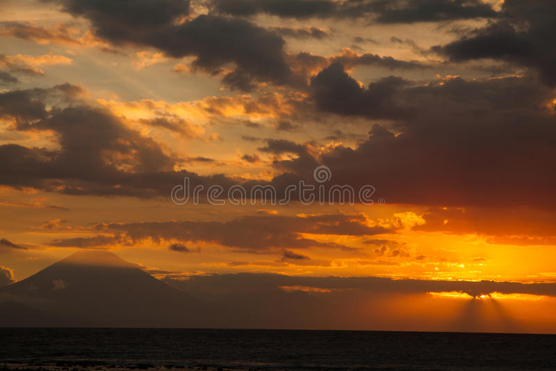 Download 在火山Batur的日落从龙目岛站点 库存照片. 图片 包括有 降低, 黎明, 黄昏, 风景, 和平, beauvoir - 72368672