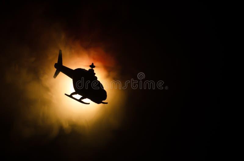 在火日落天际的直升机 战争概念 飞行直升机火backgroung作用军事场面  装饰 免版税库存照片