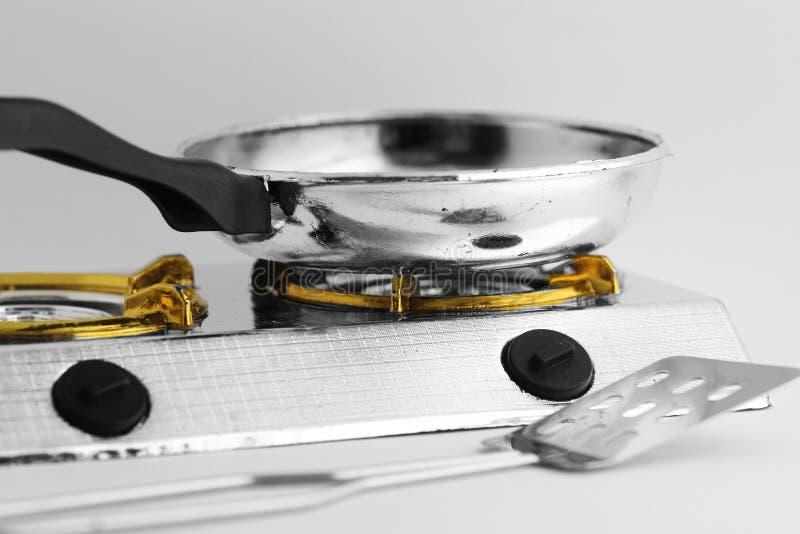 在火炉和特纳的煎锅白色背景的 免版税库存照片