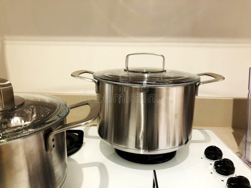 在火炉的不锈钢不锈钢平底深锅 用途,当准备食物时 免版税库存照片