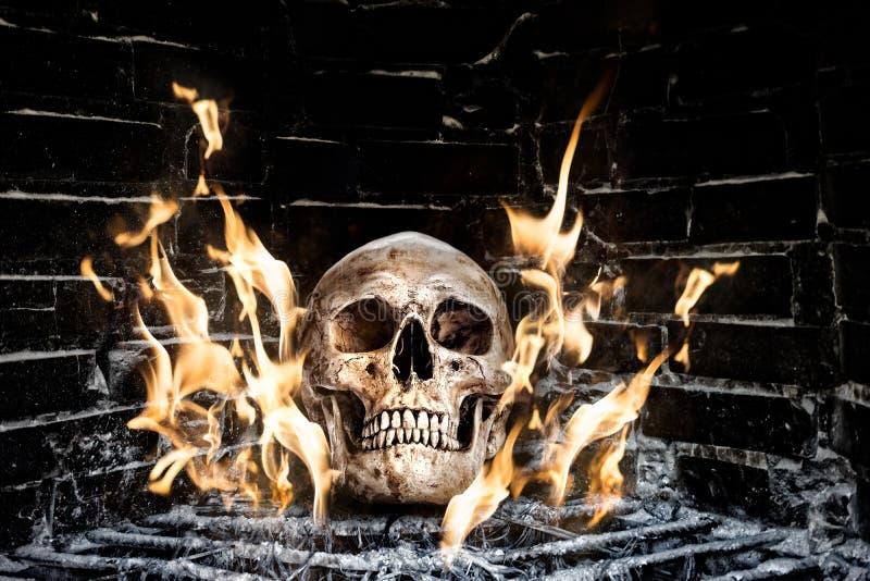 在火炉的人的头骨 库存照片