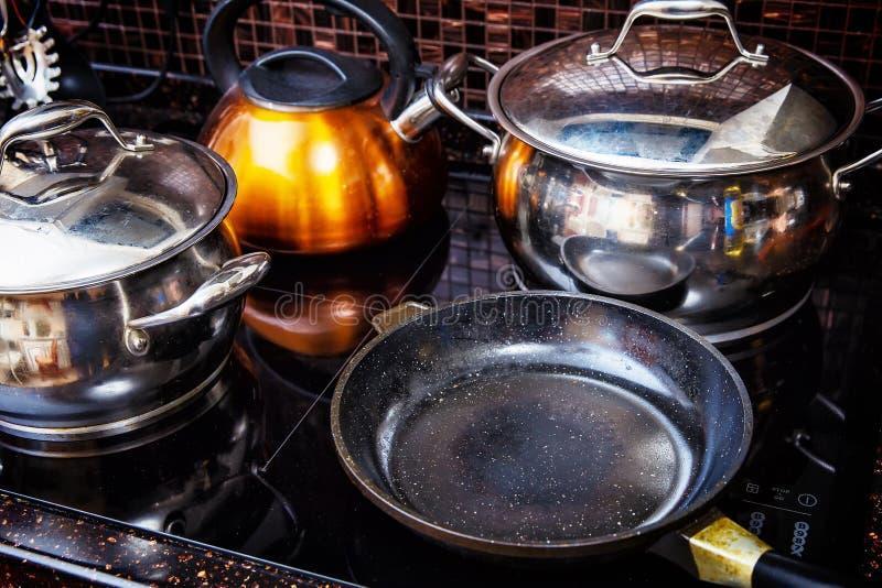 在火炉的发光的平底锅在厨房里 免版税库存照片