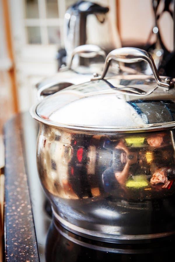 在火炉的发光的平底锅在厨房里 库存照片